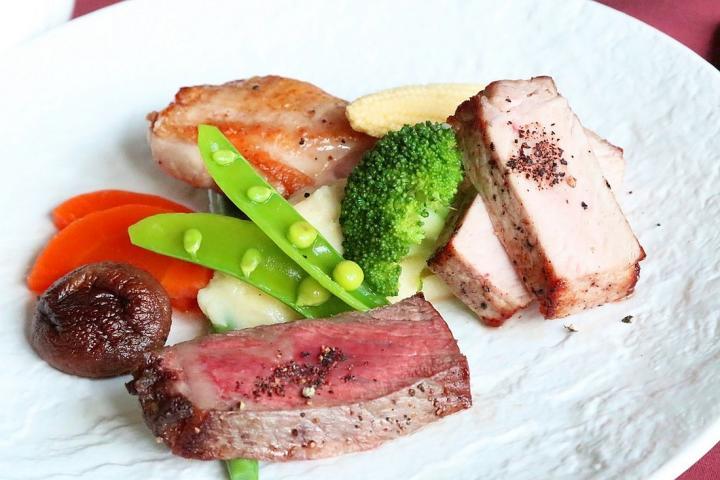 【食欲の秋】夕食『無料グレードアップ』!甲州ワインビーフ、甲州富士桜ポーク、信玄鶏の『ご当地肉』食べ比べ  2018